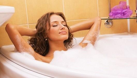 Tắm nước nóng ngày hè: lợi hay hại?